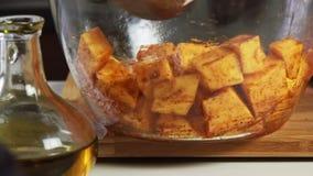 混合的菜用香料和橄榄油一个鳄梨调味酱捣碎的鳄梨酱的与vegies食谱 影视素材