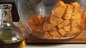 混合的香料和橄榄油一个鳄梨调味酱捣碎的鳄梨酱的与vegies食谱 影视素材