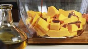 混合的香料和橄榄油一个鳄梨调味酱捣碎的鳄梨酱的与vegies食谱 股票视频