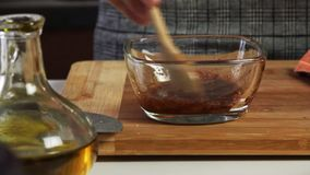 混合的香料和橄榄油一个鳄梨调味酱捣碎的鳄梨酱的与vegies食谱 股票录像
