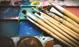 混合的绘画和油漆刷 免版税图库摄影