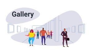 混合看现代美术美术画廊变化人妇女访客观察的种族人陈列当代绘画艺术品 皇族释放例证