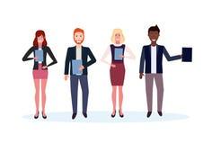 混合种族拿着文件夹的商人一起站立愉快的人妇女办公室工作者男女卡通人物 库存例证