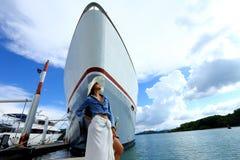 混合种族晒黑了皮肤沿豪华游艇的妇女步行在小游艇船坞Ba 免版税图库摄影