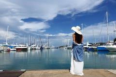 混合种族晒黑了皮肤沿豪华游艇的妇女步行在小游艇船坞Ba 库存图片