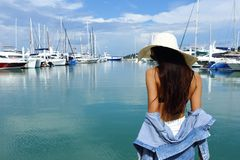 混合种族晒黑了皮肤沿豪华游艇的妇女步行在小游艇船坞Ba 图库摄影