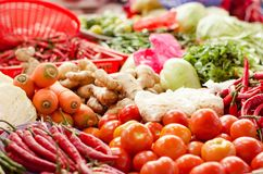 混合菜安排在板材和包装待售在新鲜市场摊位 库存照片