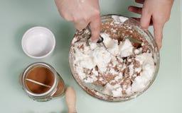 混合被搅拌的蛋白面粉巧克力的手 库存照片