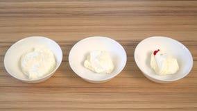 混合装饰的在碗的奶油和染料顶视图  烹调杯形蛋糕 股票视频