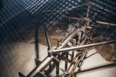混合,发酵,啤酒的滤清的过程在大桶里面的用啤酒厂设备 免版税库存图片