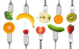 混合水果和蔬菜与叉子 免版税库存图片