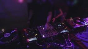 混合DJ的顶视图,演奏在专业合理的甲板的音乐 股票视频
