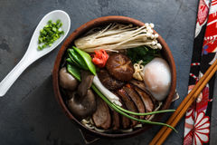 混杂的东方蘑菇混乱油炸物用汤面和春天葱 免版税库存照片