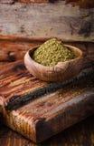 混杂的东部香料- zaatar或zatar在木背景的葡萄酒碗 选择聚焦 免版税库存图片
