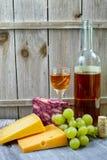 混杂的乳酪,大理石切达乳酪、绿色葡萄和甜利口葡萄酒 免版税图库摄影