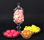 混杂的五颜六色的果冻糖果和蛋白软糖 图库摄影