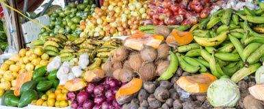混杂的产物在库拉索岛市场上 免版税库存图片