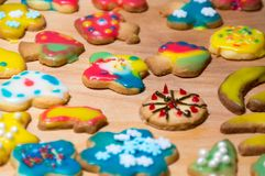 混杂的圣诞节主题的装饰的曲奇饼的圣诞节曲奇饼五颜六色的混合 库存图片