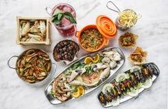 混杂的在桌上的海鲜选择食家集合膳食 免版税图库摄影