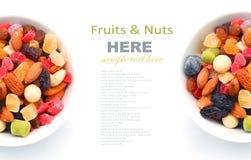 混杂的坚果和干果子在碗 免版税图库摄影