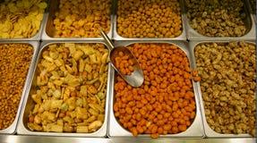 混杂的坚果和快餐 免版税库存图片