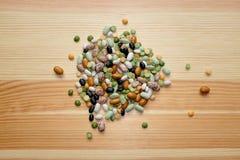 混杂的干豆和豌豆在木背景 免版税库存图片