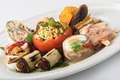 混杂的开胃菜用肉、鸡蛋和菜 免版税库存图片