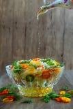 混杂的成份新鲜的沙拉冠上了与精美薄如纸的削片 库存照片