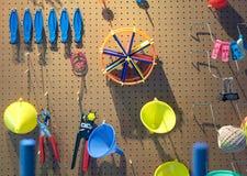 混杂的技工和许多工具木表面上 库存照片