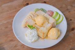 混杂的果子和蜂蜜敬酒与冰淇凌 免版税库存图片