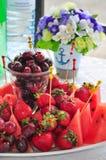 混杂的果子盛肉盘用在白色背景的被分类的果子 图库摄影