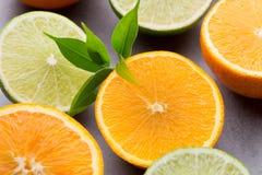 混杂的柑桔柠檬,桔子,猕猴桃,在一灰色backgro的石灰 免版税库存图片