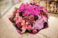 混杂的桃红色和紫色花花束与巨大的兰花的 免版税库存图片