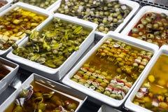 混杂的橄榄色的快餐在市场上显示盘子巴塞罗那西班牙 免版税库存图片