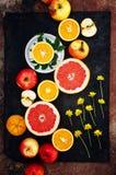 混杂的欢乐五颜六色的热带和柑桔切在bla 库存照片
