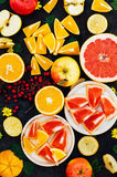 混杂的欢乐五颜六色的热带和柑桔切在bla 图库摄影
