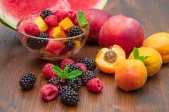 混杂的水果沙拉用新鲜水果 免版税库存照片