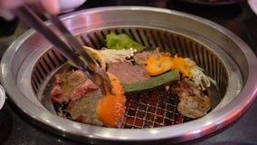 混杂的烤肉和菜烤肉格栅 股票视频
