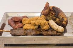 混杂的肉健康的金属盛肉盘包括烤牛排 猪肉,鸡,香肠,在棍子的牛肉心脏 库存图片