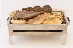 混杂的肉健康的金属盛肉盘包括烤牛排 猪肉,鸡,香肠,在棍子的牛肉心脏 图库摄影