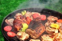 混杂的肉和菜在热的BBQ格栅 免版税库存图片