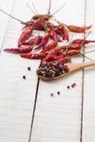 混杂的胡椒和辣椒在木背景 免版税库存照片