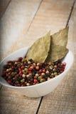 混杂的胡椒在木背景能 免版税库存图片