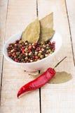 混杂的胡椒在木背景能 库存图片