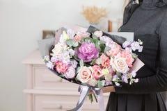 混杂的花美丽的豪华花束在妇女手上 卖花人的工作在花店 库存照片