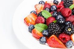 混杂的莓果沙拉用薄菏 库存图片