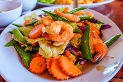 混杂的菜和虾用牡蛎调味汁在盘服务 免版税库存图片