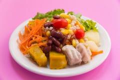 混杂的菜和水果沙拉,健康食物 免版税库存照片