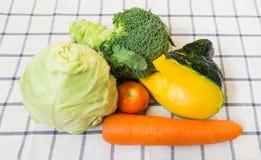 混杂的菜用硬花甘蓝和南瓜在方形的白色Backg 免版税库存图片