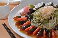 混杂的蛋菜寿司盛肉盘 免版税库存图片